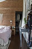 Schlafzimmer im Boho-Stil mit begehbaren Kleiderschrank