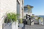 Hell verklinkertes Wohnhaus mit langgestrecktem Terrassenbereich und Meerblick