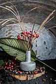 Stillleben mit Hagebutten und Blüten vom Chinaschilf