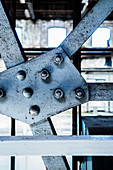 Nieten auf hellblauen Stahlträgern