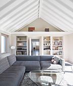 Wohnzimmer mit grauer Sofagarnitur und Coffeetable