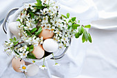 Eier und Kirschblütenzweige als frühlingshafte Dekoration