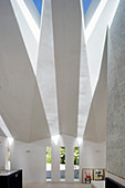 Lichteinfall durch facettierte Decke mit dreieckigen Dachfenstern