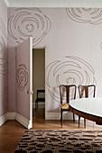 Altrosafarbene Wandtapete mit abstraktem Blütenmotiv in Altbauwohnung