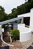 60s-style, architect-designed house with cantilever extension and monopitch roof