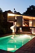 Abendlich beleuchtetes Architektenhaus mit Pool