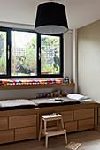 Eichenkommode mit Sitzmöglichkeit unter Fenster in Kinderzimmer