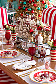 Weihnachtlich gedeckter Tisch mit rot-weißer Dekoration