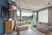 Modernes Wohnzimmer in Pastell mit Zugang zur Gartenterrasse