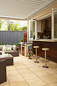 Covered terrace with bar to the kitchen