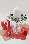 Kerzenständer aus Glas mit Tannenkränzchen und Christbaumkugel