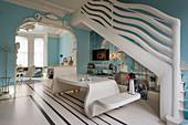 Extravagante Maisonettewohnung in himmelblau mit Designermöbeln und skulpurartigem Treppengeländer