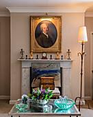 Antikes Portrait im Goldrahmen überm Kamin im Wohnzimmer