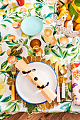 Farbenfrohes weihnachtliches Tischgedeck auf mediterraner Obstmotiv-Tischdecke