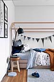Modernes Himmelbett aus Holz in Jungenzimmer