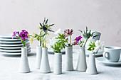 Essblüten in Vasen als Tischdeko
