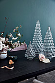 Tannenbäumchen aus Glas als Tischdekoration