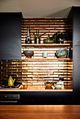 Golden tiles in the kitchen with black fronts