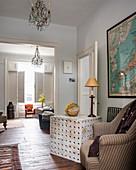 Couchtisch mit Lochmuster im offenen Wohnzimmer