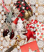 DIY-Weihnachtsbaumanhänger aus Plätzchenausstechern und buntem Papier