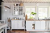Ländliche Küche Buffet und Vitrine in Grautönen mit rustikaler Deko