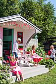 Kinder auf der Terrasse des Spielhauses in amerikanischem Fifties-Style