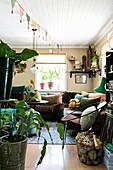 Üppig dekoriertes Wohnzimmer in Erdfarben im Vintage-Stil