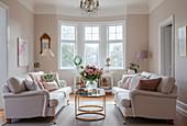 Gegenüberstehende Sofas im eleganten Wohnzimmer mit Erker