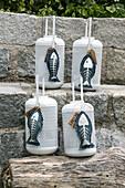 Selbstgenähte Deko-Fische aus Jeans mit silbernen Gräten