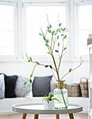 Blätter aus grünem Papier am Zweig in einer Vase