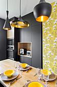 Designerküche in Schwarz und Gelb mit Essplatz in der Mitte