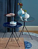 Weiße Vasen mit blauem Watercolor-Design auf runden Beistelltischen