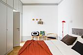 Deckenhohe graue Einbauschränke im Schlafzimmer