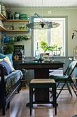 Esstisch mit Holzbank und verschiedenen Vintage-Sitzmöbeln