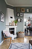Weißer Eck-Kamin in Wohnzimmer mit grauen Wänden