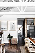 Offener Wohnraum im rustikalen Landhausstil mit offener Decke