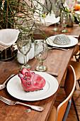 Tischgedecke skuril und gruselig dekoriert mit künstlichen Organen