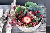 Blechschale gefüllt mit Weißdorn, Apfel, Wirsing und Heidekraut