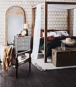 Schlafzimmer im Urban Jungle Stil mit Himmelbett aus Holz und Palmenmotivtapete