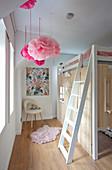 Hochbett mit Holzverkleidung als Spielhaus im Kinderzimmer