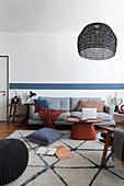 Wohnzimmer in Blau und Weiß im Japandi-Stil