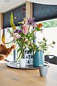 Sommerlicher Gartenblumenstrauß auf Tablett