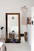 Damenschuhe vorm Bodenspiegel im Schlafzimmer in Weiß