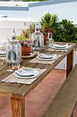 Gedeckter Tisch auf Terrasse