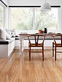 Designerstühle am Landhaustisch mit moderner Eckbank