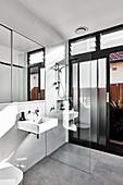 Modernes Bad mit ebenerdiger Dusche und Gartenzugang
