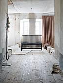 Schwarze Holzbank mit Gitterstäben in Vintage Ambiente