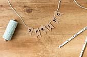 Selbstgebastelte Girlande mit dem Wort 'Spring'