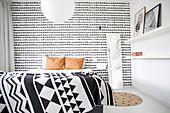 Grafische Muster in Schwarz-Weiß im Schlafzimmer