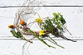Calendula, Ranunkel, Narzisse, Pistaziengrün und Schneeball